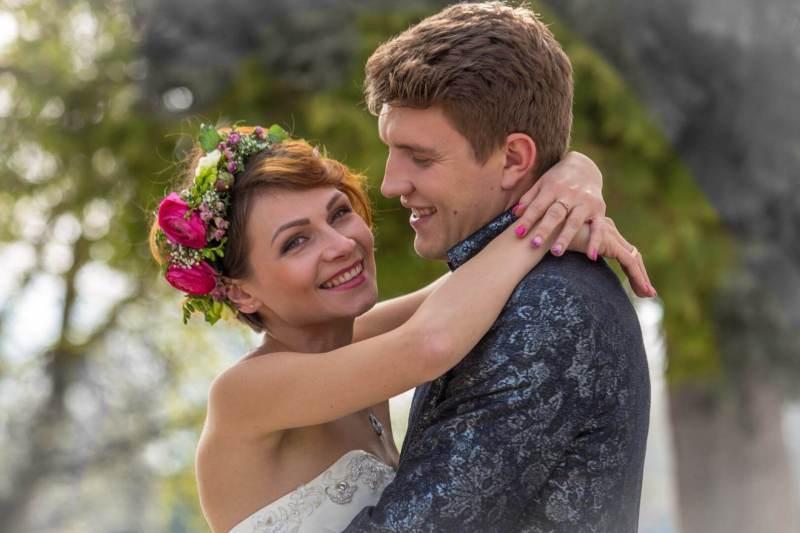 Eng umschlunges Brautpaar