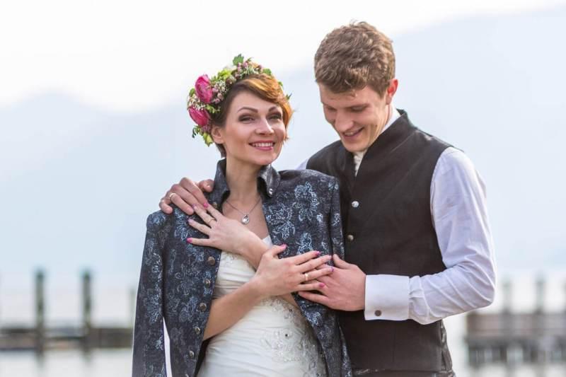 Hochzeitspaar am Wasser fotografiert