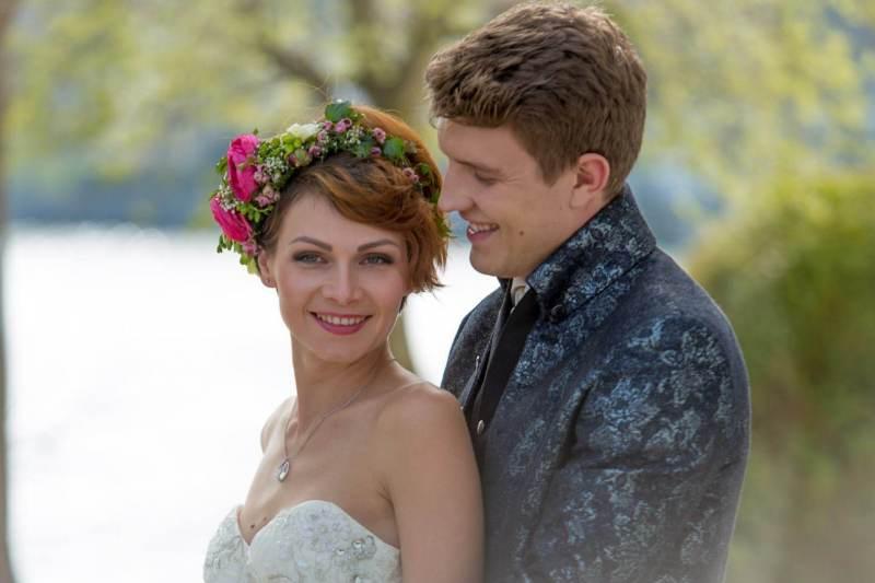 Hochzeitspaar im Grünen
