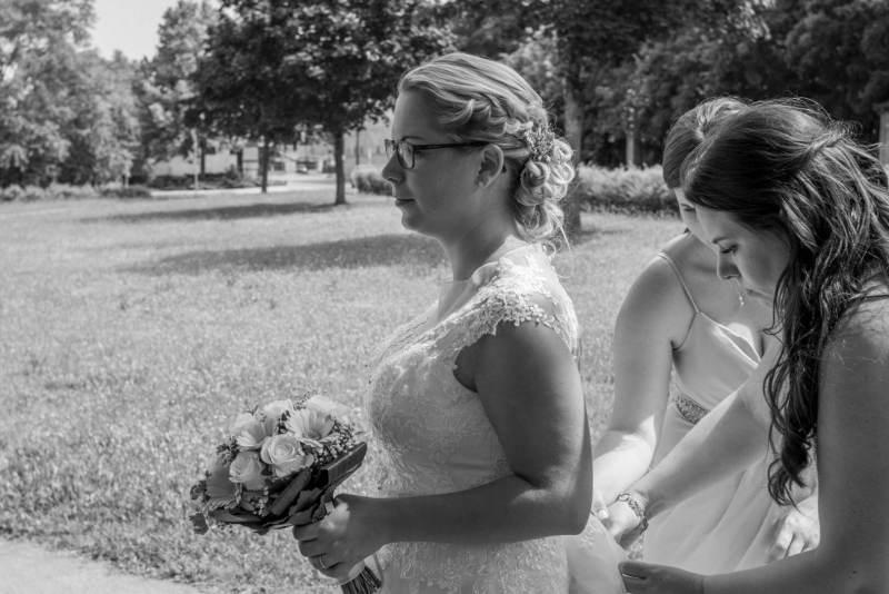 Die Braut mit Begleitung in Schwarzweiß