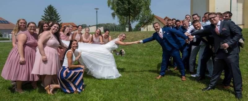 Die Braut kommt zum Bräutigam