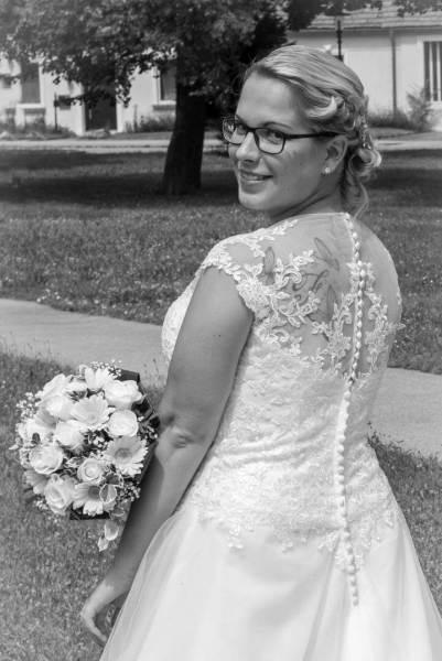 Die Braut mit Strauß in SW