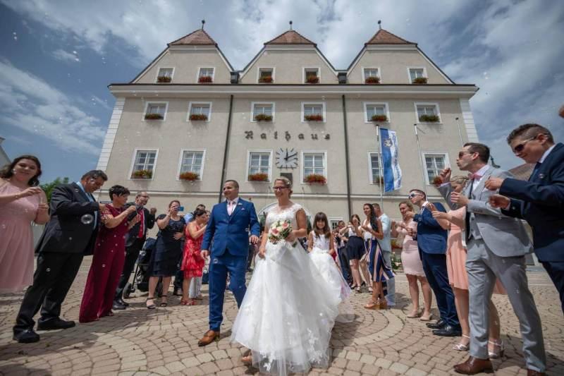 Das Brautpaar vor dem Standesamt Gänserndorf