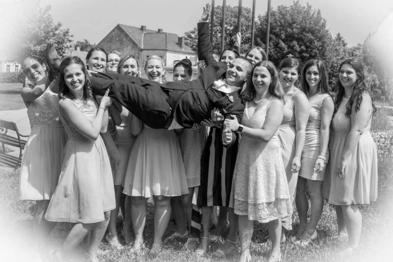 Der Bräutigam wird auf Händen getragen