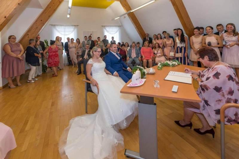 Hochzeitsgesellschaft am Standesamt