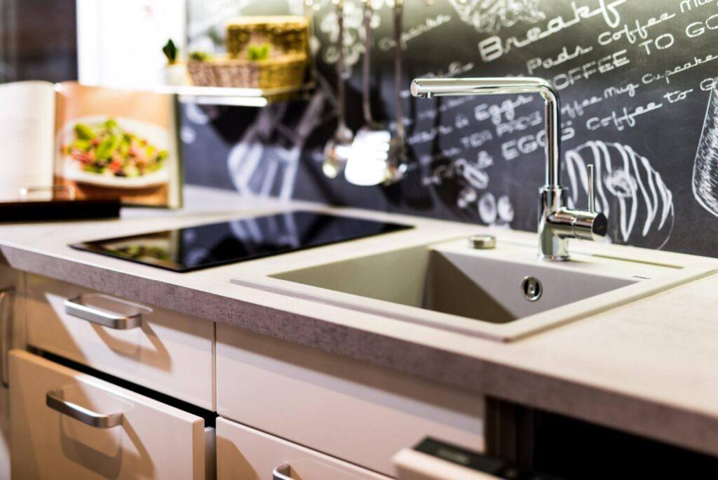 Eine Spüle eingearbeitet in die Arbeitsplatte einer Einbauküche