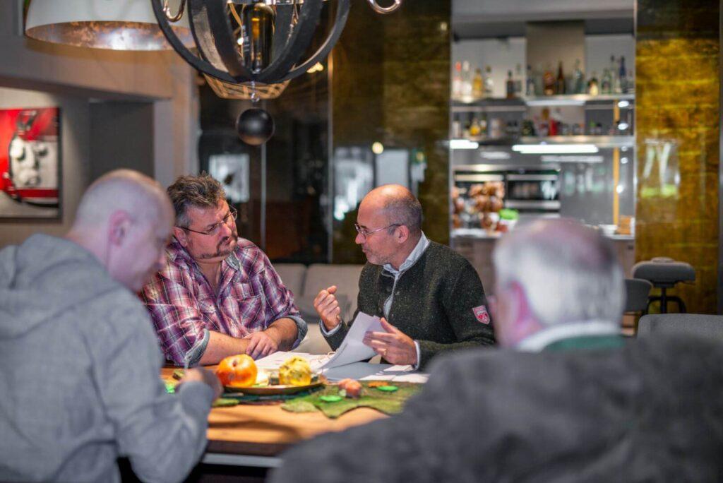 Ein Beratungsgesrpräch an einem Tisch mit vier Personen