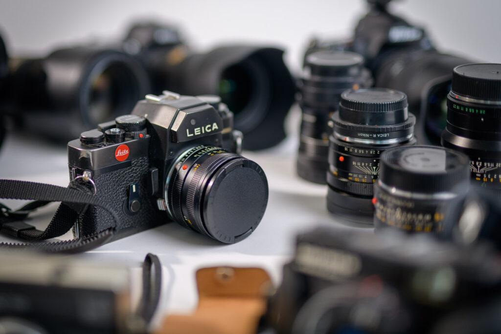 Eine Auswahl von professioneller Fotoausrüstung, welche für Businessfotografie geeignet ist