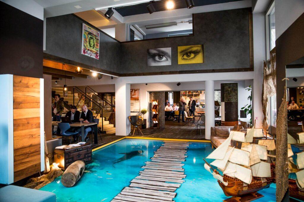 Spektakulärer Innenraum mit augedruckten Haifisch-Becken am Boden