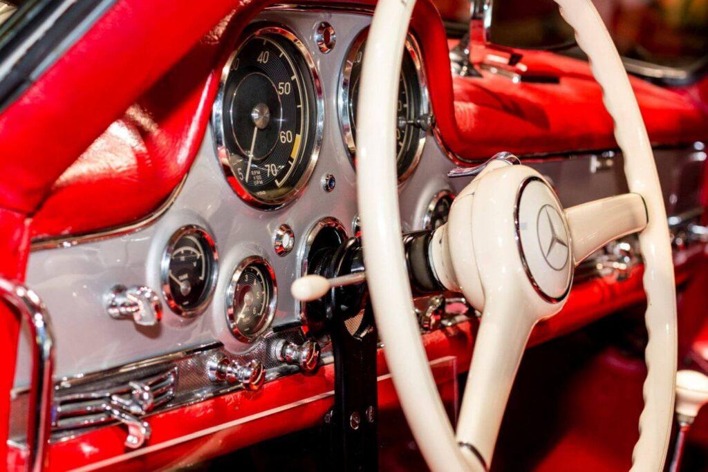 Cockpit eines roten Mercedes Oldtimer